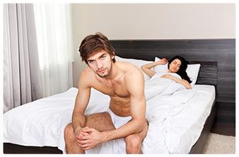 uomo scontento a letto con la partner