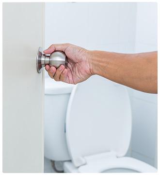 mano su pomello della porta