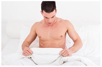 uomo nel letto guarda sotto le coperte