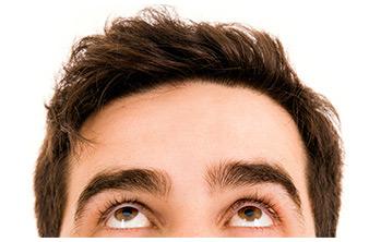 Uomo che si guarda i capelli