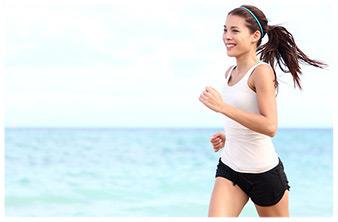 donna corre in riva al mare