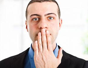uomo mano davanti alla bocca