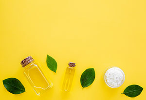 Bottiglia di olio di Manuka con foglie