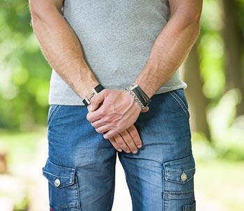 uomo con problemi alla prostata